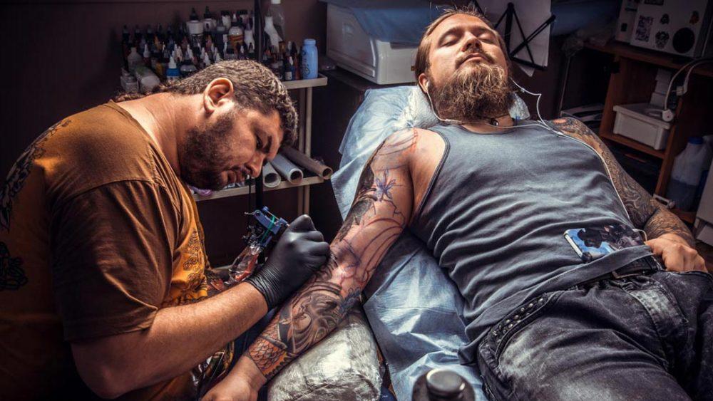 Tätowierer bei der Arbeit, Unterarm, Männlich